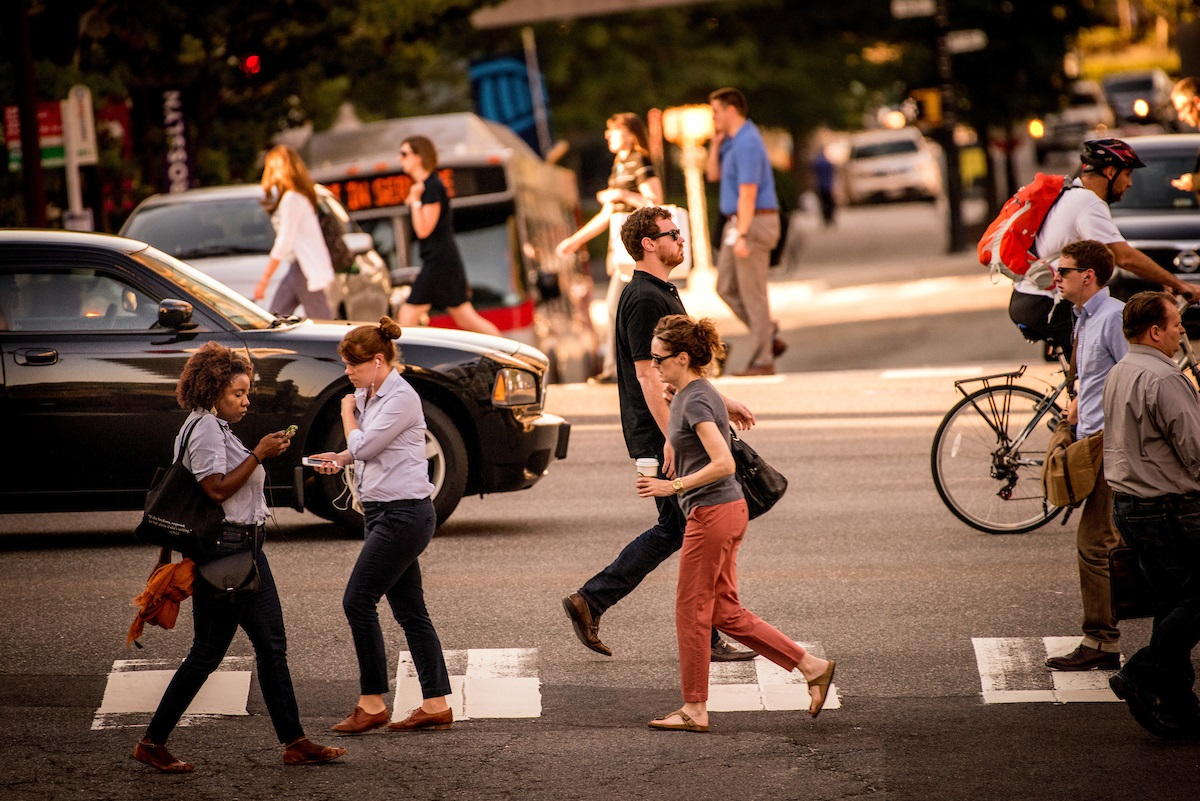 people-walking-in-rosslyn